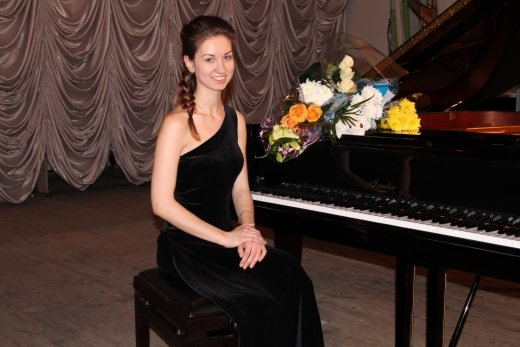 Попова Марина – выпускница Детской музыкальной школы № 1, студентка 3 курса специальной музыкальной школы-колледжа, отделения  исполнительского фортепиано в г. Новосибирске.