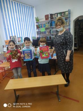 На Неделе Детской Книги  в школьной библиотеке для учащихся 1-2 классов прошел клип-альянс СКАЗОЧНЫХ героев по проекту час радостного чтения